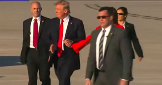 Voici pourquoi Donald Trump ne veut jamais tenir la main de Melania en public (Vidéo)