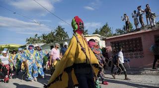 """""""Cachúas"""" y """"mantas"""" coexisten entre las tradiciones en el suroeste dominicano"""