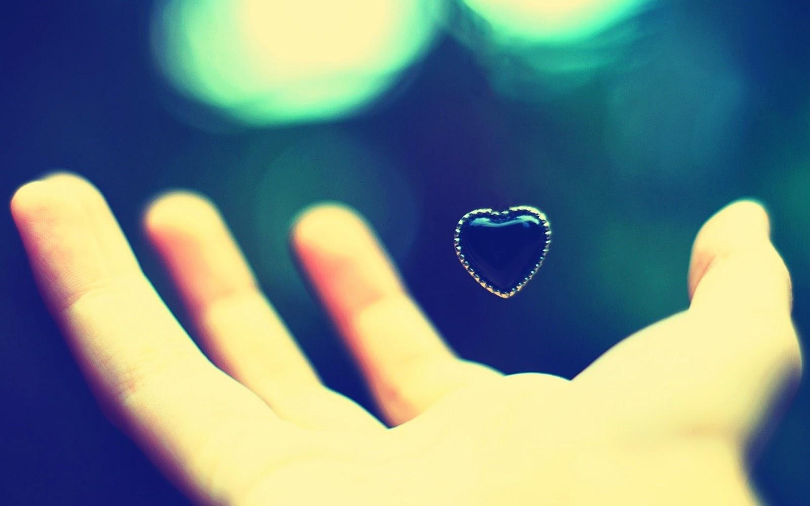 قلب حب باليد