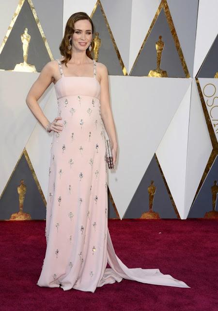 Емілі Блант в ніжному рожевому платті Prada