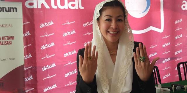 Kader Partai Demokrat Hasnaeni Moein atau yang akrab disapa Wanita Emas hobi mengoleksi berbagai jenis batu mulia