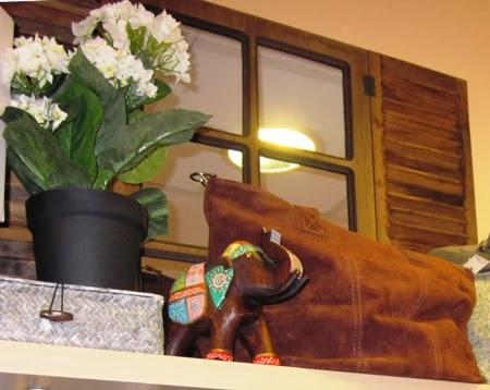 Bolso italiano piel marrón. Espejo ventana cuarterones.