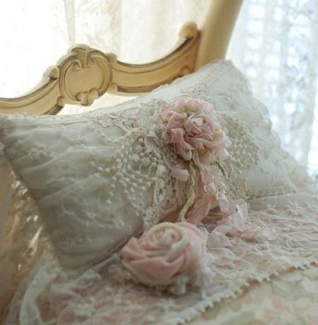 Decoração com almofadas bordada com flores e fitas