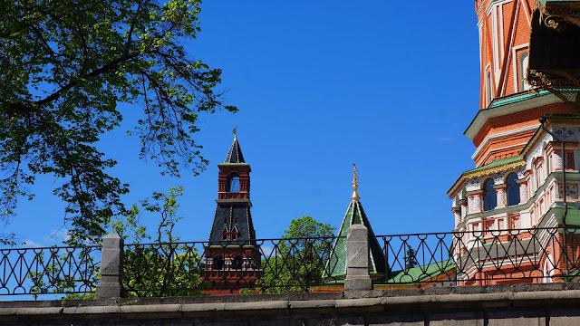 На фото - ограда Храма Василия Блаженного