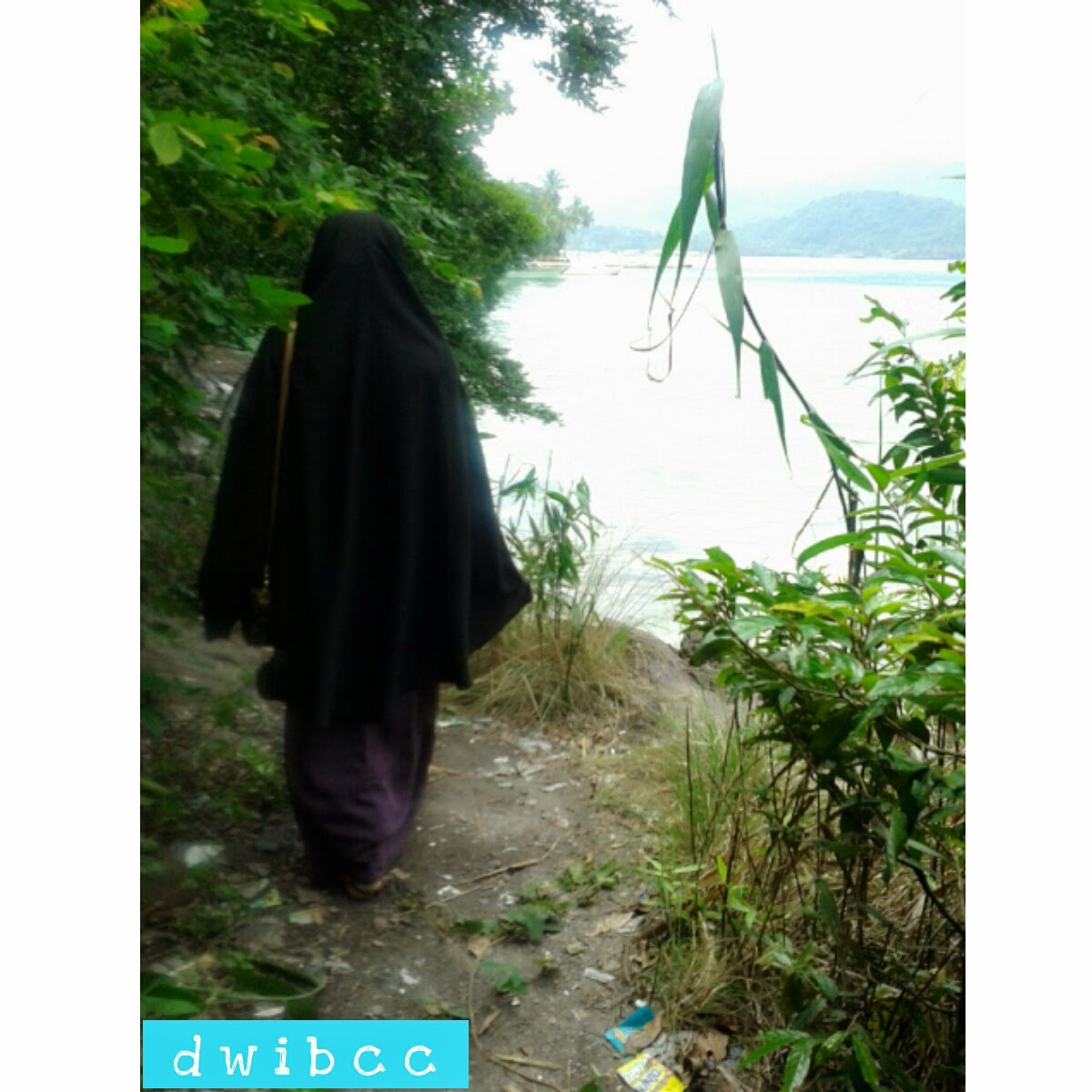 foto muslimah dipantai pake hijab syar'i