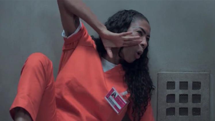 """Inês Brasil vai pra solitária em mais um vídeo de divulgação da nova temporada de """"Orange Is The New Black"""""""