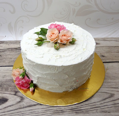 tort weselny z zywymi kwiatami
