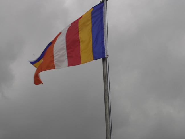 Bandera budista ondeando