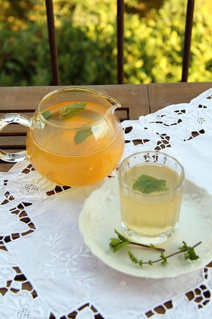 Bibita fresca al tè, pesca, limone e menta