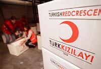 Türk Kızılayı yardım paketlerini paketleyen Kızılay görevlileri