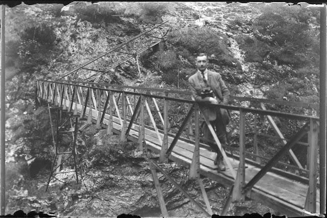 """Person auf der """"Eisernen Brücke"""" über der Partnachklamm - 1914-1920"""