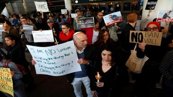 Jueza de EE.UU. bloquea deportación de detenidos en aeropuertos