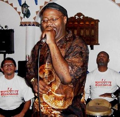 Foto de Pepe Vásquez encantando con su voz