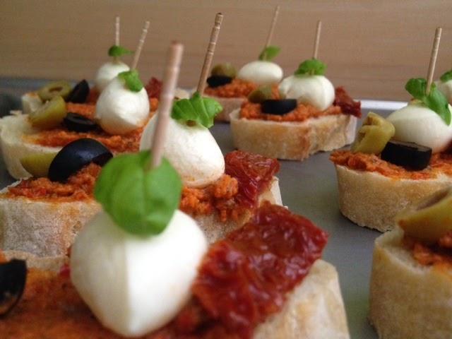 Réalisation d'anti pasti pour buffet italien mozarella,basilic,tomates,pain frotté à l'ail
