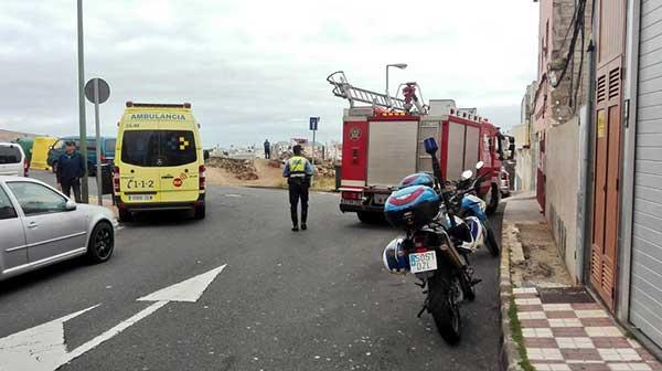 Bomberos de Las Palmas de Gran Canaria procediendo al rescate de una mujer de 72 años que se encontraba caída en su domicilio durante   48 horas / Fotos: @PoliciaLPA