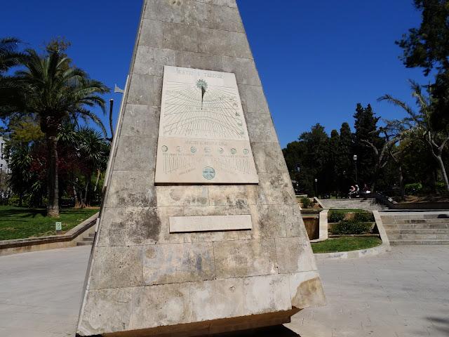 zegar słoneczny w parku na Majorce