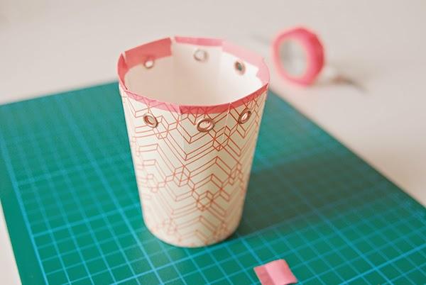 C mo hacer una caja de regalo con vasos desechables paso a - Decorar vasos plasticos para cumpleanos ...