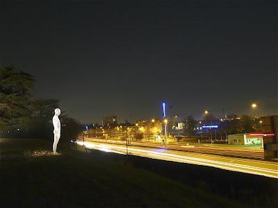 Impresionante escultura luminosa con alambre de persona