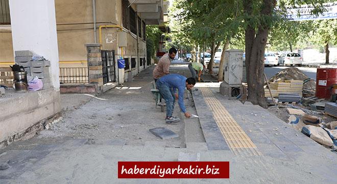 Diyarbakır Büyükşehir Belediyesi kaldırımları yenilemeye devam ediyor
