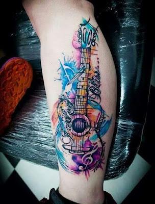 Tatuaje de guitarra acuarela