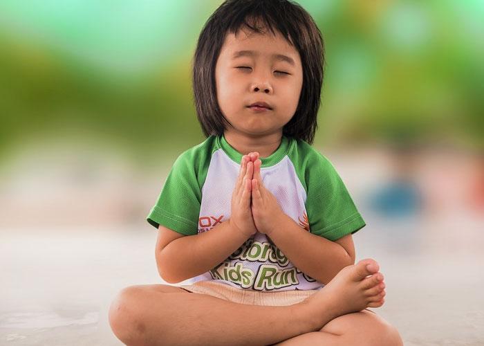 crianca orando pra Deus