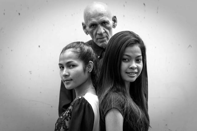 Krom avec Christopher Minko et les soeurs Chamroeun. Photographie the Advisor