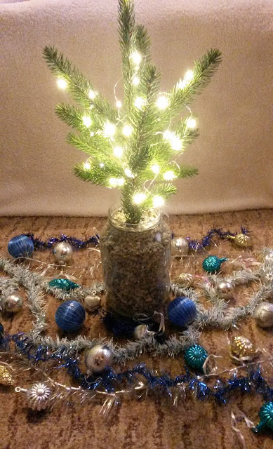 DIY, christmas tree, mini, božićno drvce, božić, lampice, fairy lights, ornaments, baubles, ukrasi, kuglice za bor, uradi sam, easy, simple, quick, jednostavno, brzo, project, projekt, decor, decoration, dekor, holidays,