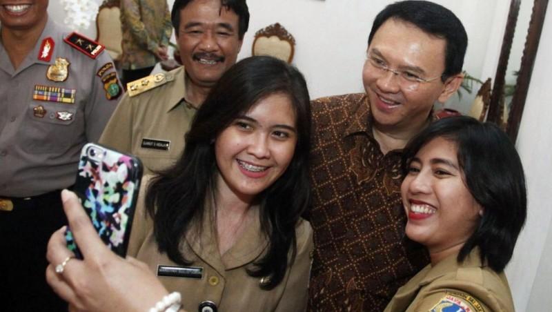 Ahok selfie dengan PNS DKI