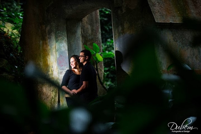 Ensaio de fotos de casal no bosque