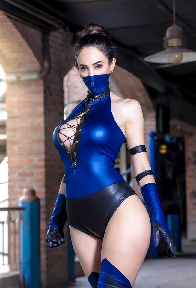 Sophie Valentine con su cosplay de Kitana en Mortal Kombat 3