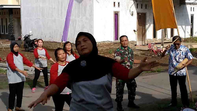 Gugah Kreativitas, Babinsa Koramil 0815/03 Sooko Ajak Lansia Senam Bareng