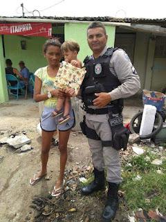 Policiais do 4º BPM distribuem presentes com crianças de Juarez Távora