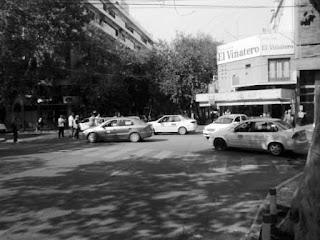 Primero, cortaron todos los accesos a la Terminal de Omnibus, impidiendo a los colectivos urbanos y de larga distancia pisar la zona. Los que venían de viaje debieron bajarse en la plaza que está en la parte trasera, mientras que los que querían tomarse un colectivo urbano fueron a la avenida Rawson.