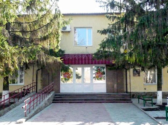 Петріківка. Будівля селищної держдміністрації, прикрашена петріківським розписом