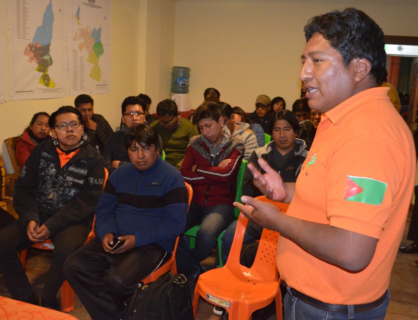 Mamani Huanca exponiendo las líneas de la alianza a los jóvenes alteños / ALBERTO MEDRANO