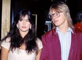 Foto de Freddy Moore con lentes y Demi Moore con cabello suelto