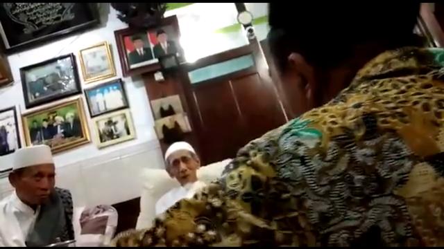 Beredar Video Seorang Pria Berbicara Keras Dihadapan Mbah Maimoen Demi Bela Prabowo