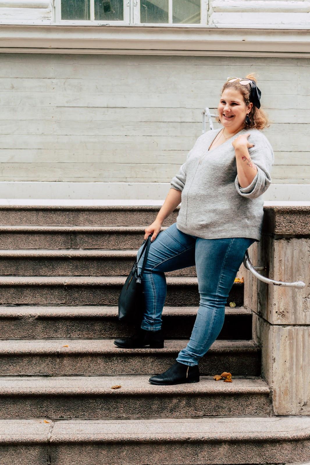 klassinen, asu, päivän asu, harmaa neule, farkut, käsilaukku, minimalistinen,