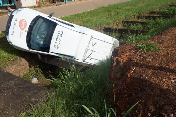 Motorista esquece de puxar freio de mão e carro cai em galeria