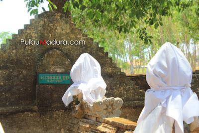 Makam Raja Pragalbo di Kompleks Makam Agung Arosbaya