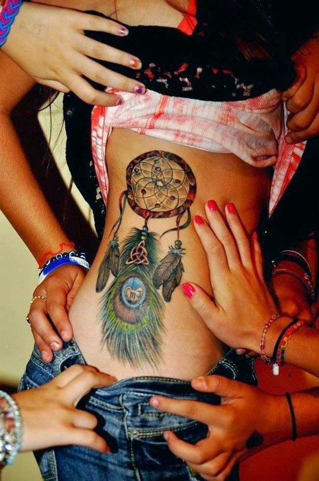 vemos el toros de una chica y varias manos que levantan su ropa, lleva en las costillas un tatuaje de trapasueños