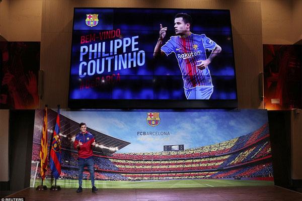 Coutinho cười rạng rỡ trong ngày ra mắt Barcelona 2