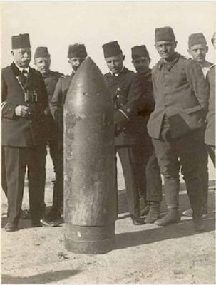 Türk ve Alman subaylar düşmanın Queen Elizabeth zırhlısından atılan ancak patlamayan 38 cm'lik top mermisini inceliyorlarken...