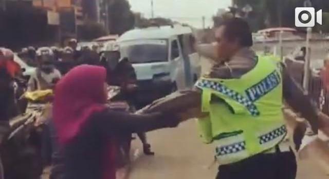 Ini Video Perempuan Ngamuk, Cakar dan Kejar Polisi Gara-gara Ditilang