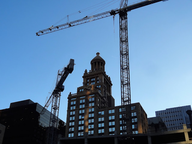 Construction cranes that SKANSKA's Capitol Tower site (Jan 2016)