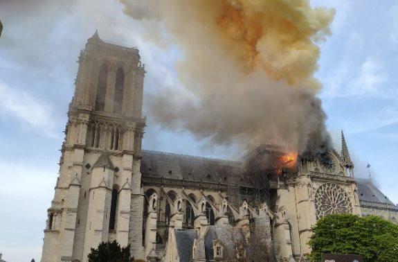 حريق هائل يطال كاتدرائية نوتردام التاريخية وسط باريس.فيديو