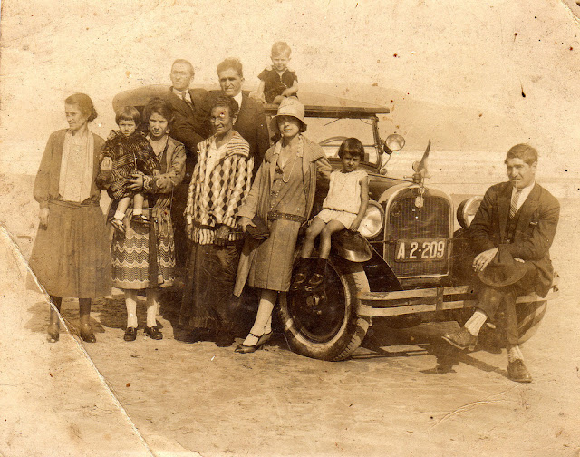 Nesta fotografia clicada nos anos 1930, Henrique Manzo é o senhor em pé ao lado do menino que está sentado no teto do carro. Narciza Manzo é a mulher que segura uma criança no colo. Foto: acervo Paulo Rezzutti