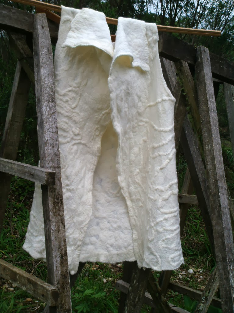 colete branco feltrado aberto na frente