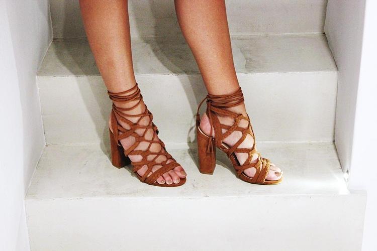 Brown lace-up suede sandals with chunky heels.Bozikis ΚΑΜΕΛ Πέδιλο με λουριά και χοντρό τακούνι.
