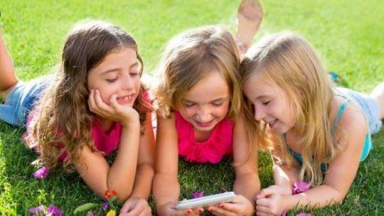 Menggunakan Handphone untuk Memantau Keberadaan Anak